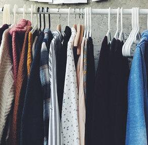 7 trików, które pomogą utrzymać porządek w szafie